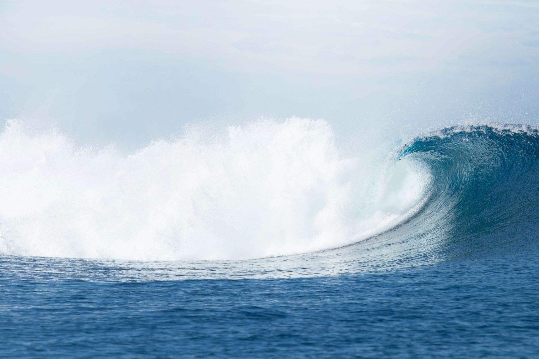 Surf sur les vagues des Fidji